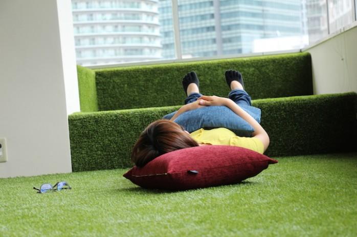 東京・五反田のコワーキングスペース「CONTENTZ」の人工芝スペース